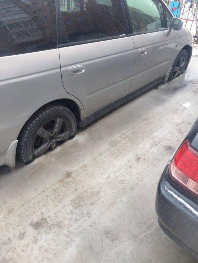 Автомобиль вмерз в лёд