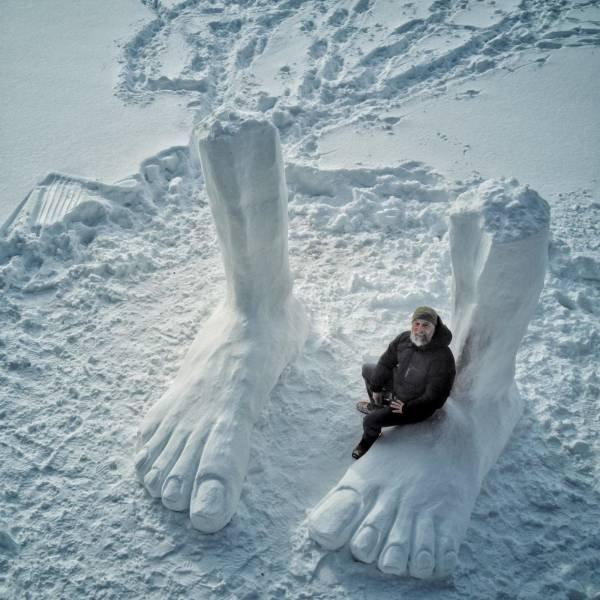 Скульптура ноги из снега