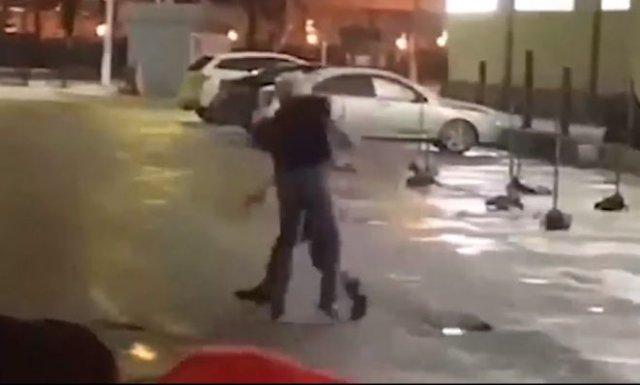 В Подмосковье посетитель ресторана и охранник устроили бой без правил, а полиция просто смотрела