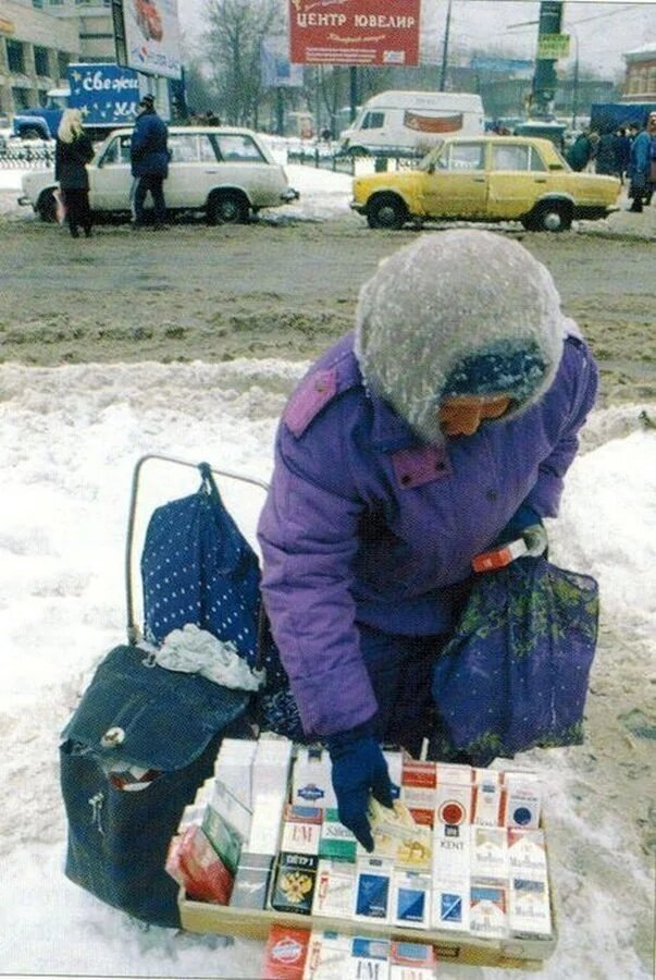 Бабушка торгует сигаретами на улице