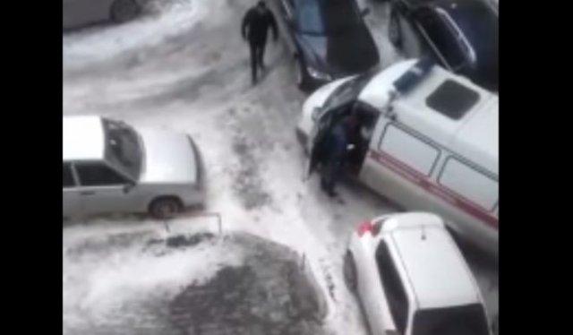 Автолюбитель перегородил дорогу карете скорой помощи и устроил конфликт с ее водителем