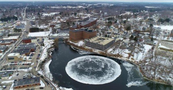 Ледяной диск в реке
