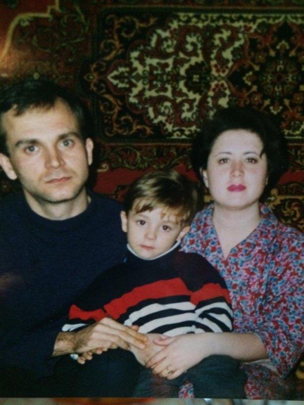 Классика: семейный фотопортрет у ковра