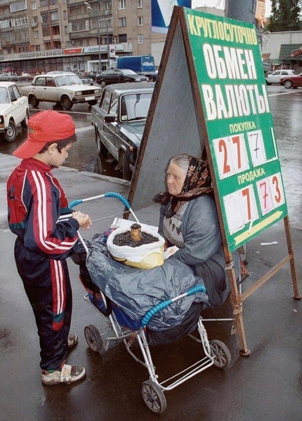 Бабушка продает семечки