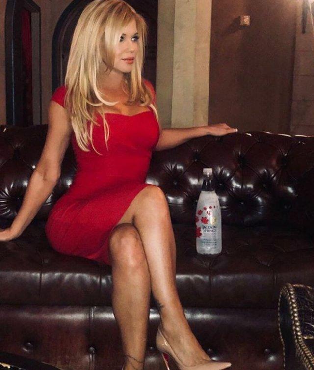 51-летняя модель Донна Д'Эррико разделась и облилась краской в благотворительных целях