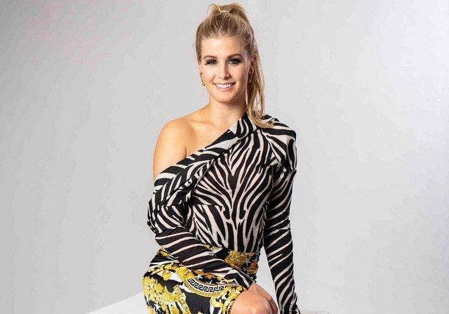 Эжени Бушар в платье с принтом зебры
