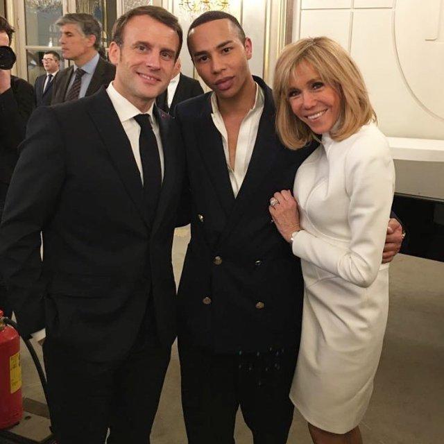 Брижит Макрон в белом платье с мужем и дизайнером