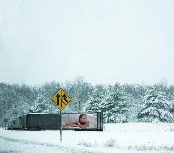 Дорожный знак и плакат