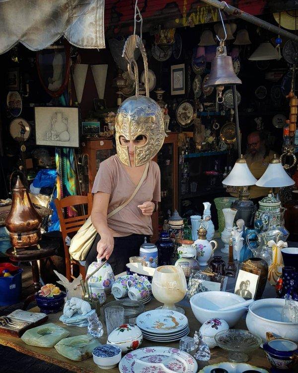 Женщина в шлеме