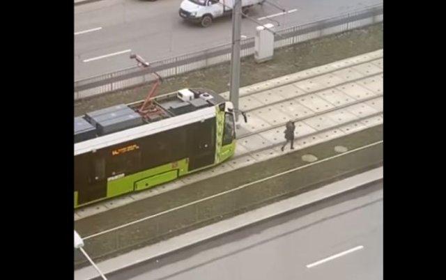Девушка заставила трамвай тащиться за собой