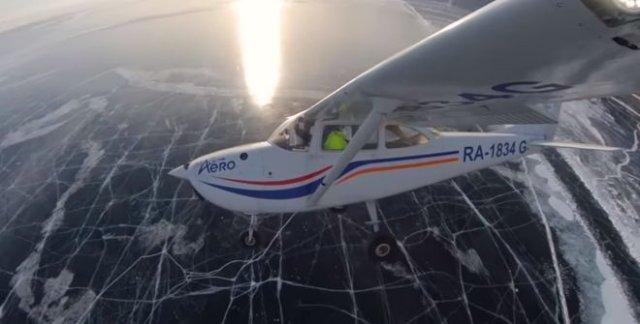 Посадка самолета на лед озера Байкал