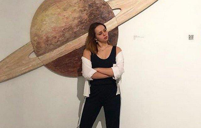 Бетина Попова на фоне коллажа