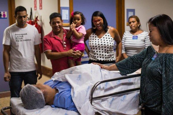 Семья в больничной палате