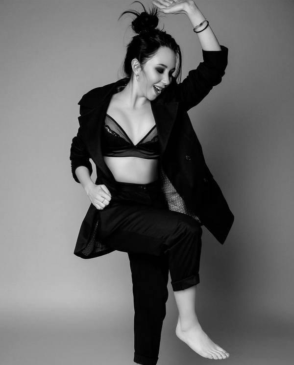 Елизавета Туктамышева в черном нижнем белье и черном костюме