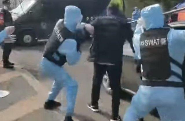 Китайские спецназовцы отрабатывают задержание больных коронавирусом