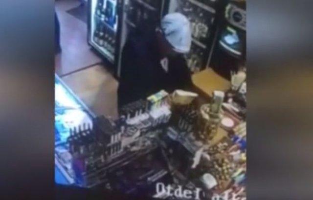 Продавщица надавала пинков воришке, пытавшемуся украсть пожертвования