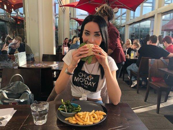 Ребекка Алдам в кафе