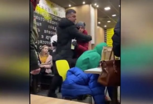 """Мужчина показал свою """"крутость"""" школьникам в Мурманском кафе"""