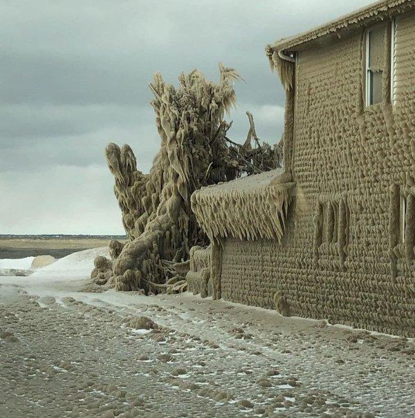 Заледеневшие дома в гроде Гамбруг, США