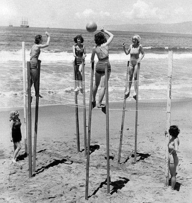 Девушки играют в волейбол на ходулях, Калифорния, 1942 год