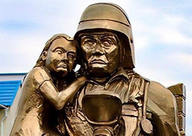 В Белоруссии установили памятник сотрудникам МЧС, пугающий прохожих