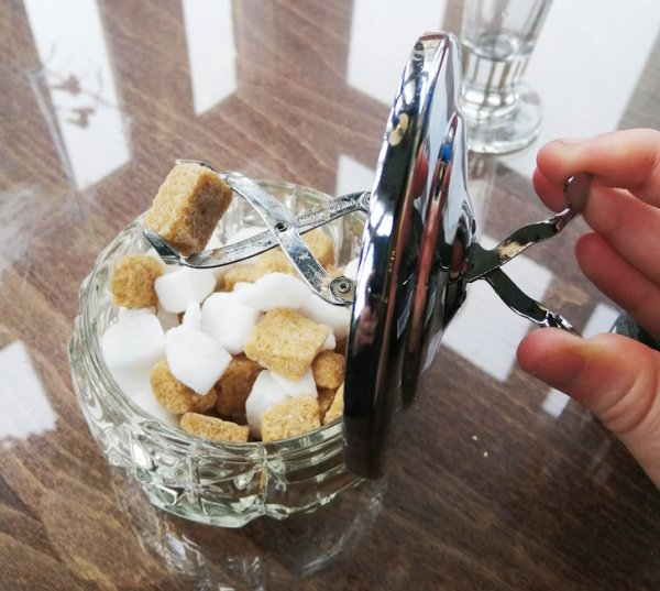 Ретро-сахарница со встроенными в крышку щипцами