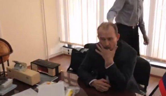 Чиновник из Иркутска полакомился бумажными вещдоками прямо во время задержания