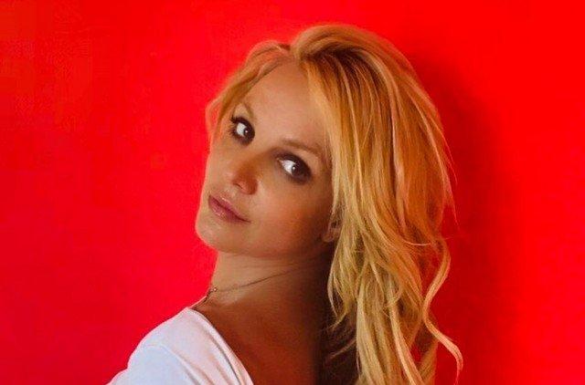 Бритни Спирс отчаянно пытается казаться нормальной, но пользователи говорят, что ей надо лечиться