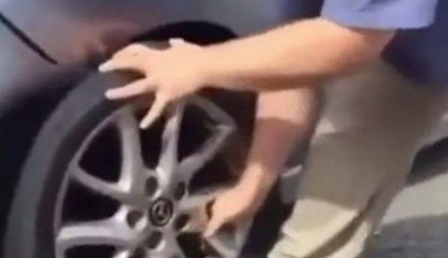 Не стоит менять колесо без домкрата