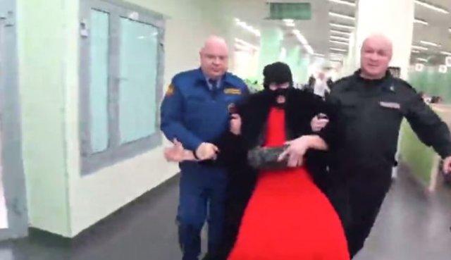 Весеннее обострение: в отделение «Сбербанка» вломился парень в платье и маске