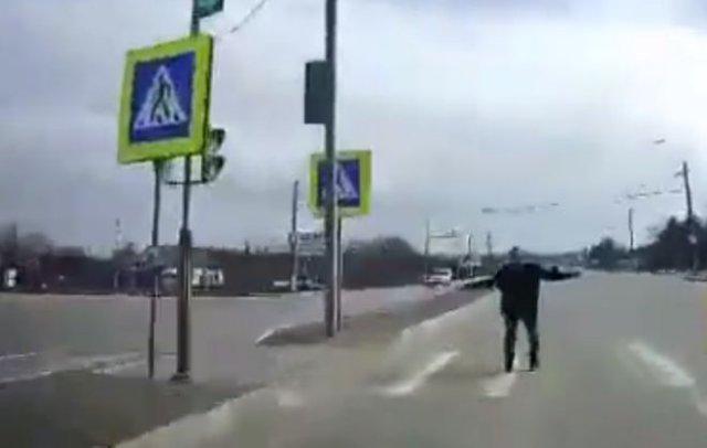 Отчаянные пешеход, не боящийся смерти