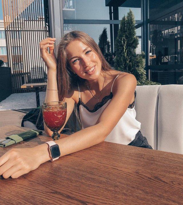 Виктория Морозова в ресторане в белой кофте