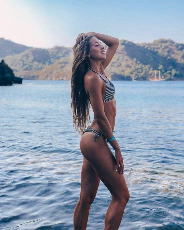 Виктория Морозова на море в полосатом купальнике