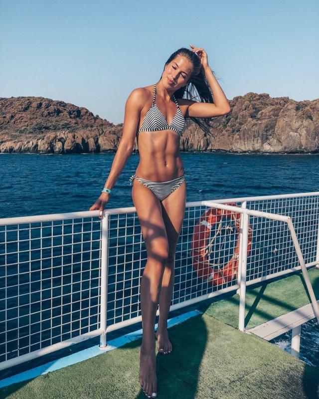 Виктория Морозова на яхте в полосатом купальнике