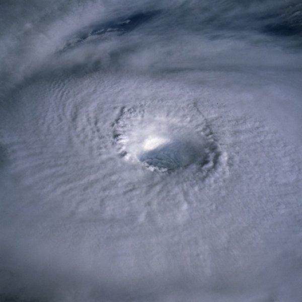 És így néz ki a hurrikán kívülről