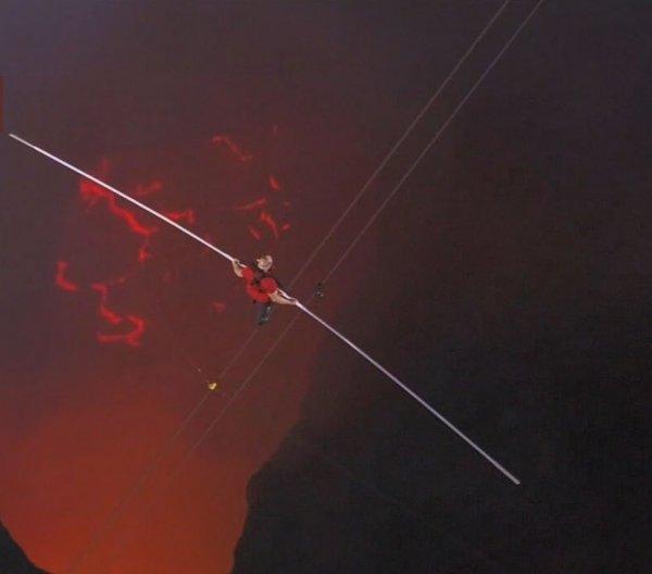 Канатоходец Ник Валленда над кратером