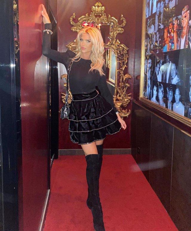 Виктория Сильвстедт в черной кофте и черной юбке в здании