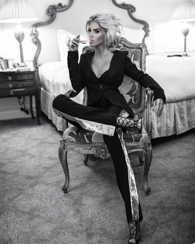 Виктория Сильвстедт в черном костюме