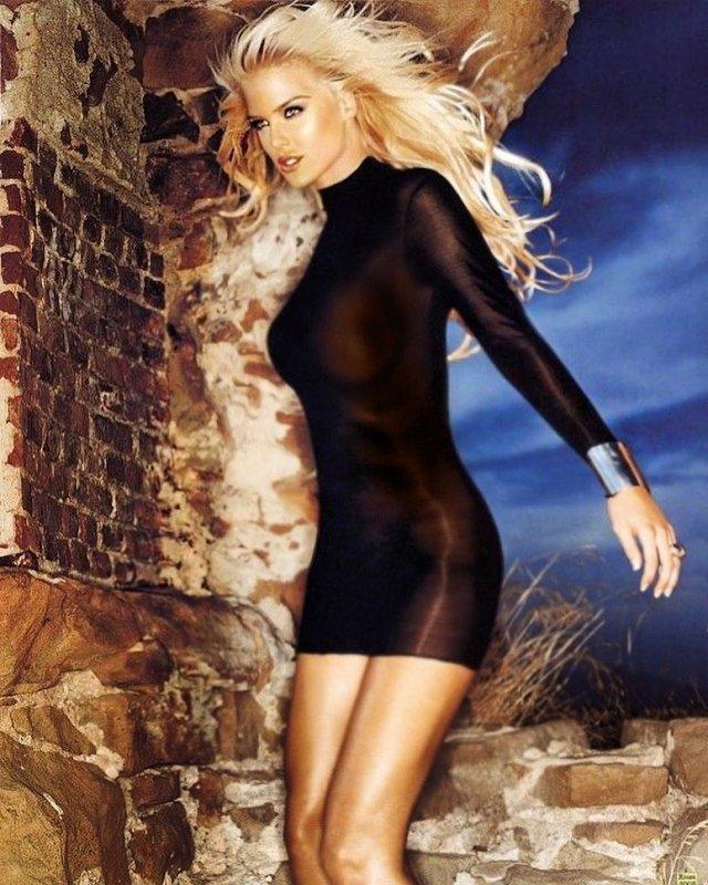 Виктория Сильвстедт в черном платье