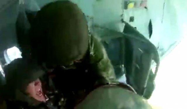 Солдат очень боится прыгать с парашютом