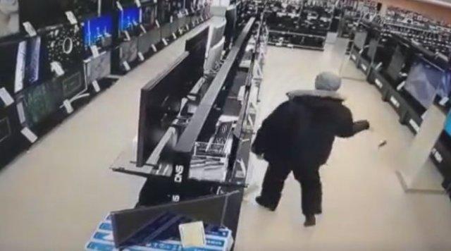 Неадекватный мужчина разнес магазин электроники