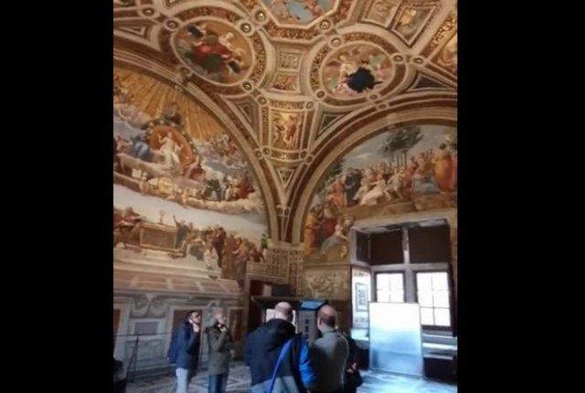 Туристки из Украины нацарапали свои имена на фреске Рафаэля в Ватикане