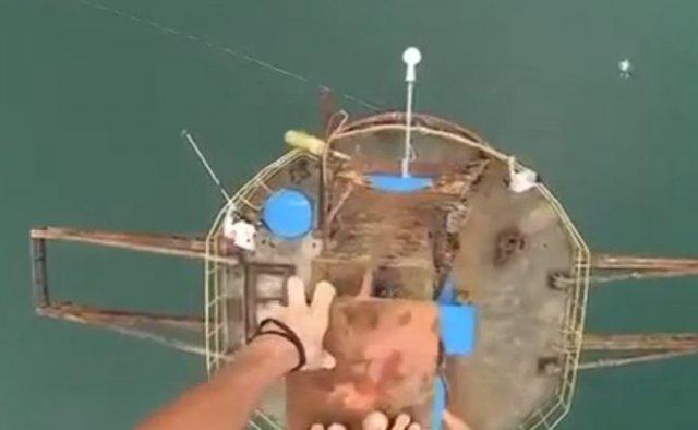 Дух захватывает: прыгнул в воду с огромной высоты