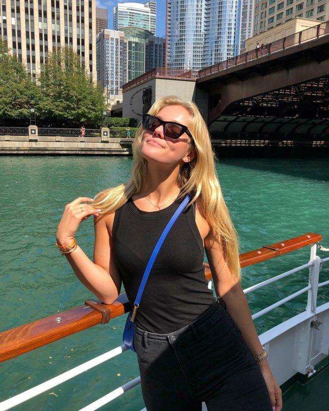 София Жук в черной одежде на корабле