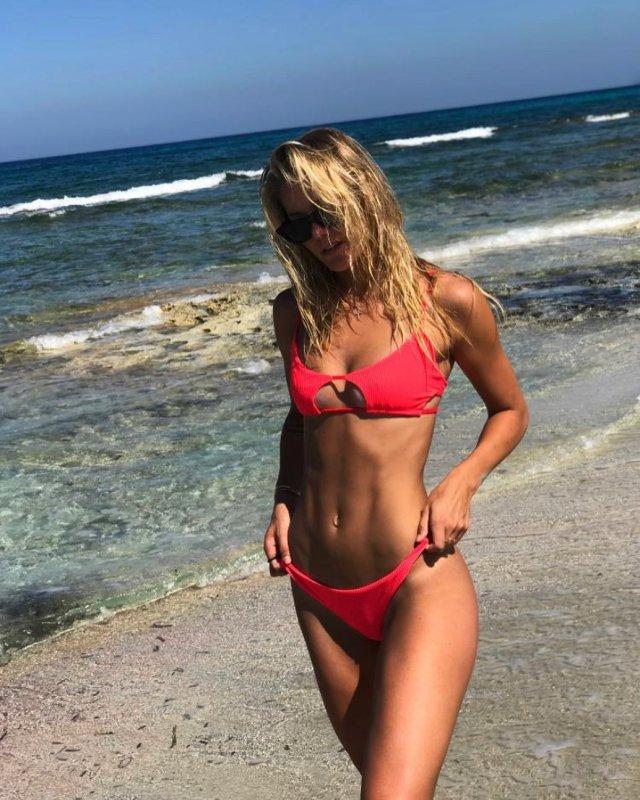 София Жук в красном купальнике на пляже