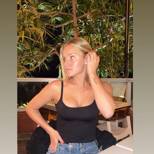 София Жук в черной майке в ресторане