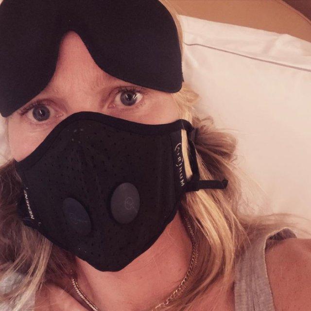 Знаменитости носят маски от коронавируса
