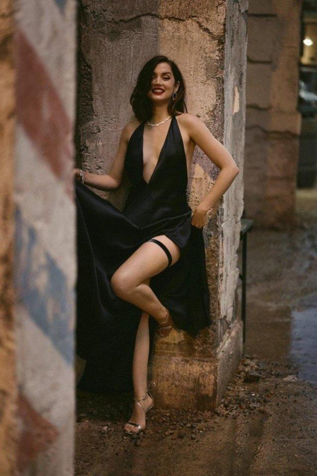 Ана де Армас в черном вечернем плтье