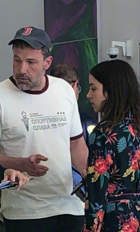 Ана де Армас и Бен Аффлек в аэропорту