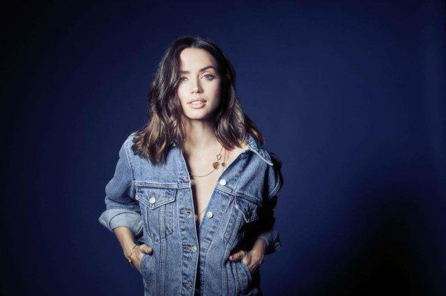 Ана де Армас в джинсовой кофте